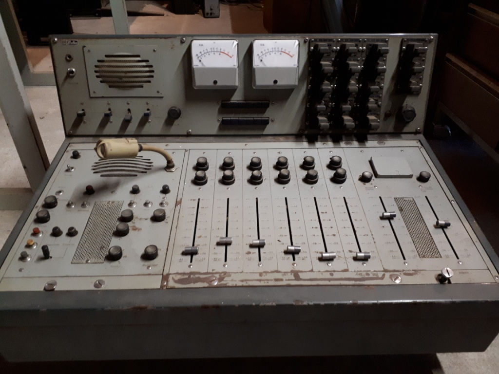 Collection les Sudistes la radio. Console du Car Studio